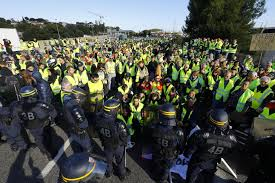 """La Francia bloccata dai """"gilet gialli"""""""