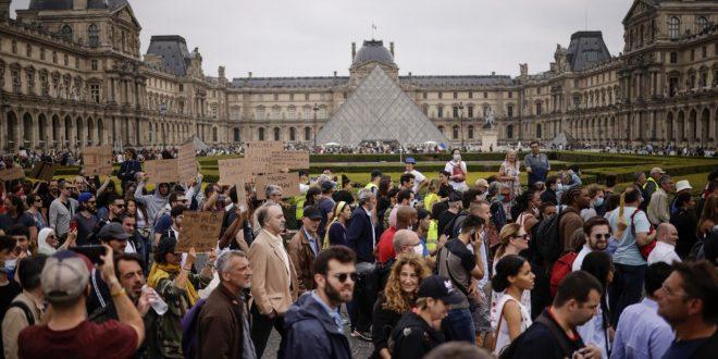 Cosa è successo in Francia: dall'obbligo vaccinale alle proteste in piazza